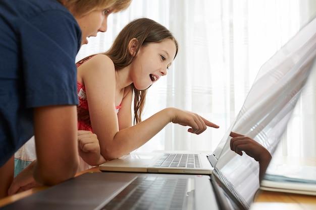 Bambini in età scolare che studiano in classe