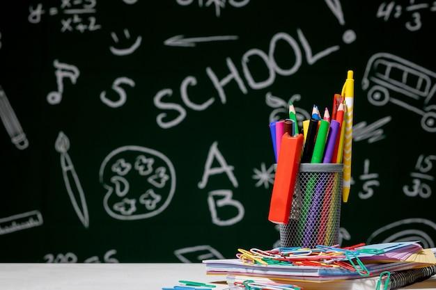 Composizione scolastica con accessori di cancelleria