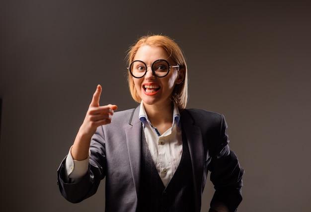 Ritratto di concetto di scuola di insegnante urlante in occhiali concetto di educazione ritratto di scuola di arrabbiato