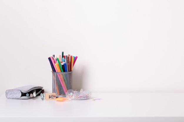 Banco di scuola in stile moderno su sfondo bianco. educazione domestica. arredamento moderno. modello.