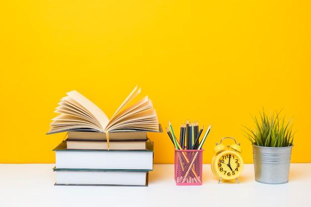 Attrezzatura scolastica su fondo giallo, concetto del fondo di istruzione attrezzatura scolastica su fondo giallo, concetto del fondo di istruzione