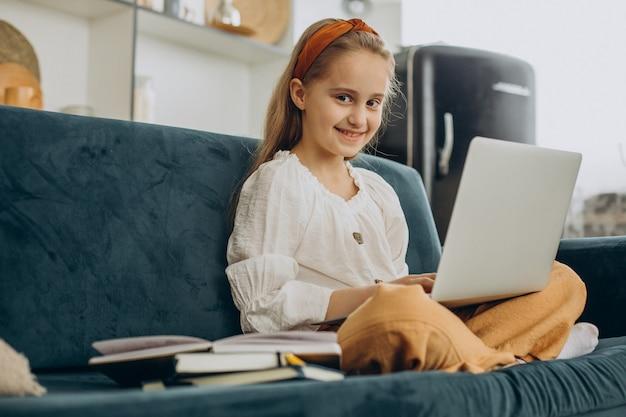 Ragazza della scuola che studia a casa, apprendimento a distanza