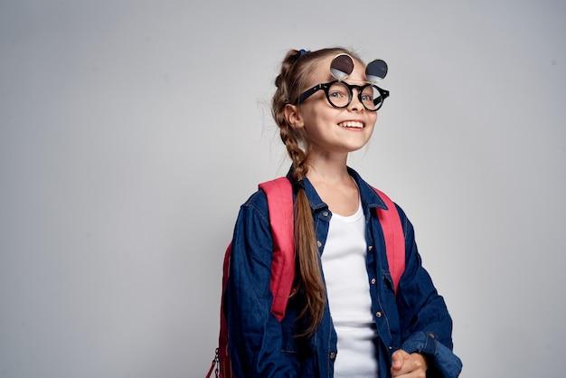 Scuola ragazza con zaino rosa swoosh divertente apprendimento sfondo chiaro