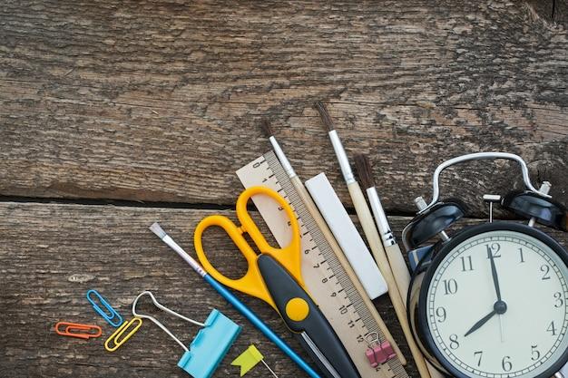Articoli per la scuola su un tavolo di legno