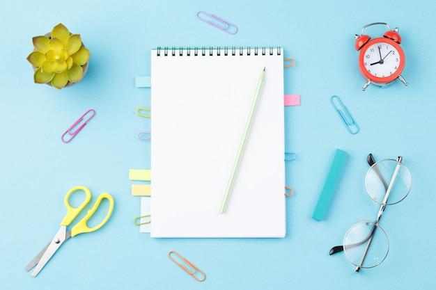 Quaderno di scuola con segnalibri distesi