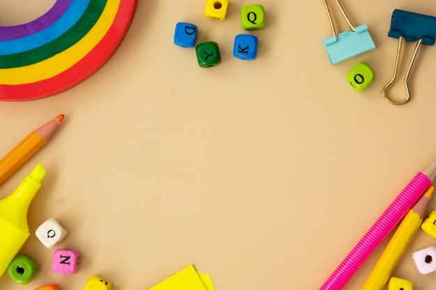 Forniture colorate per ufficio scolastico. cornice per il ritorno a scuola con spazio per le copie, piatta.