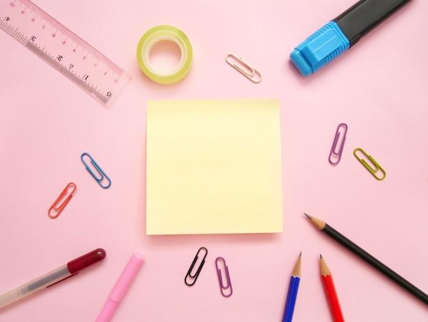 Forniture per ufficio scolastiche su una scrivania con copia spazio. torna al concetto di scuola.