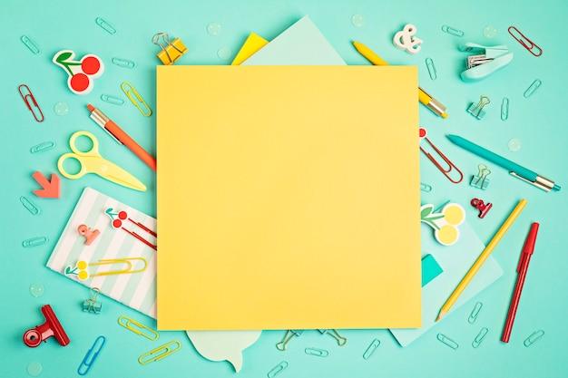 Forniture per ufficio e scuola su sfondo pastello