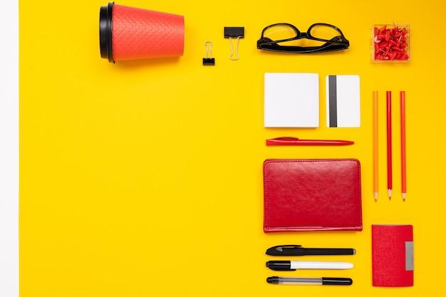 Materiale scolastico e per ufficio come banconote, penne, matite