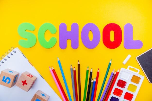 Il blocco note delle matite della scuola numbs i waterolors di alfabeto di abc.