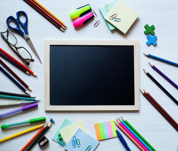 Set scolastico e set di forniture per ufficio ritorno a scuola o al concetto di arte o educazione