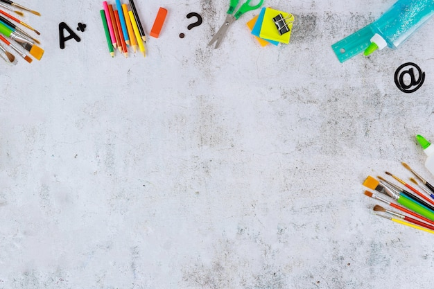 Cancelleria scolastica e forniture atr su sfondo bianco. torna a scuola.
