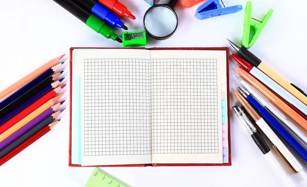 Articoli di cancelleria scolastici isolati su bianco con copyspace