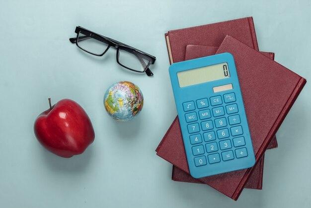 Forniture scolastiche o per studenti sull'azzurro. di nuovo a scuola.