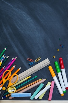 Materiale scolastico sullo sfondo del consiglio degli insegnanti