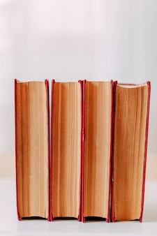 Materiale scolastico. grandi libri rossi sul tavolo.