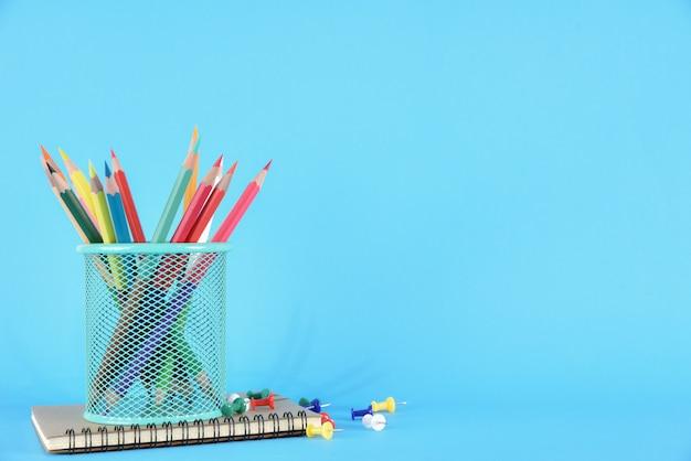 Materiale scolastico sul blu