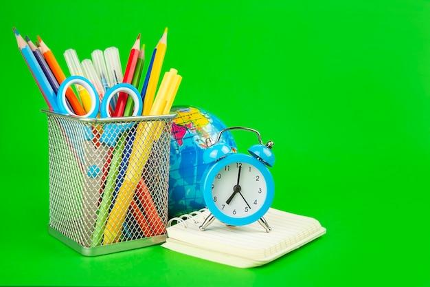 Materiale scolastico su sfondo verde green