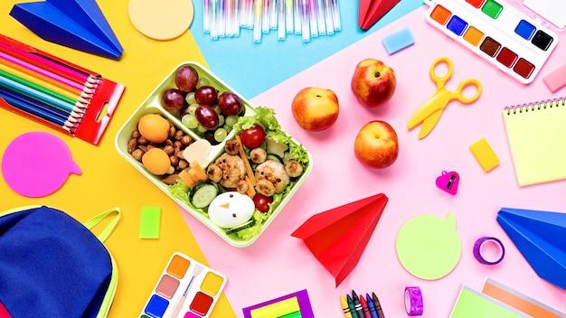 Materiale scolastico e lunchbox con cibo per bambini