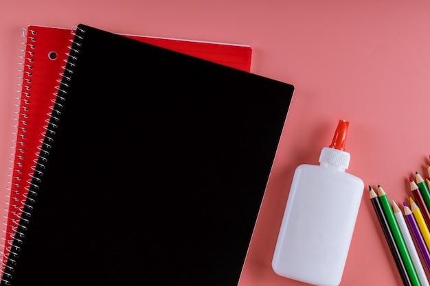 Materiale scolastico su sfondo rosa, ritorno a scuola