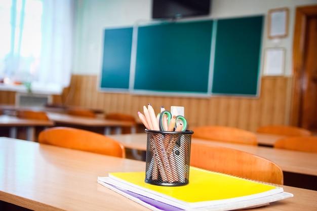 Un materiale scolastico per lo studio giacciono sul tavolo a scuola