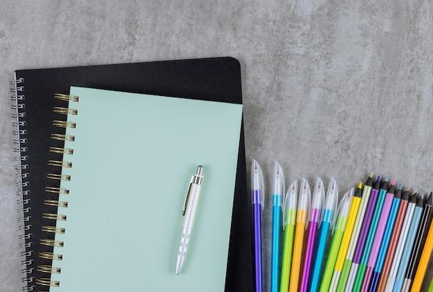 Forniture scolastiche su una varietà di cancelleria colorata nel concetto di ritorno a scuola