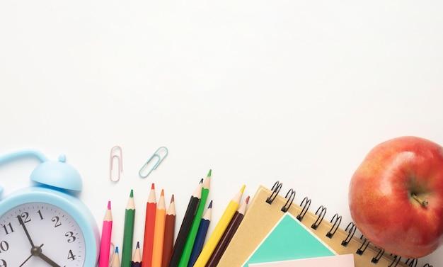 Forniture scolastiche su sfondo bianco pronto per la progettazione