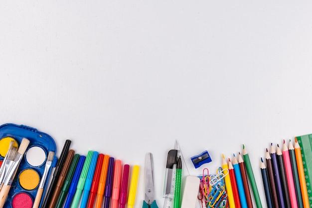 Materiale scolastico su sfondo bianco