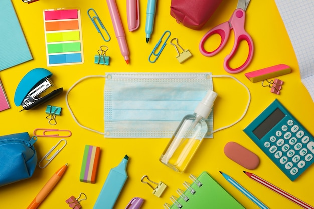 Materiale scolastico con mascherina medica e disinfettante Foto Premium