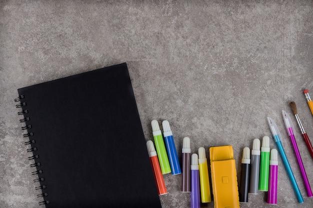 Rifornimenti di scuola sull'area di lavoro con lo spazio della copia.