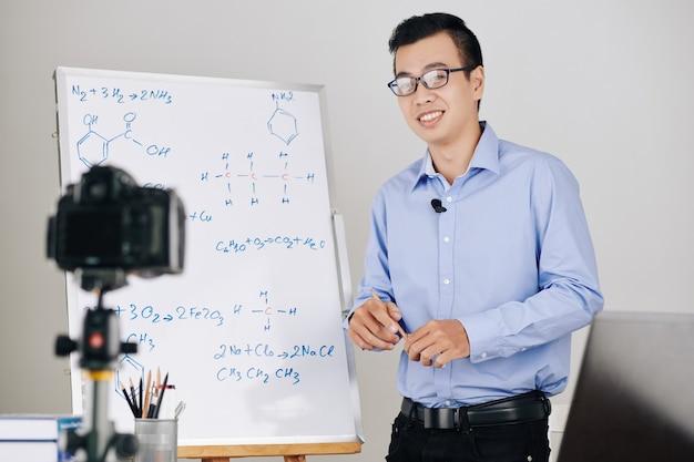 Insegnante di scuola che conduce lezione online