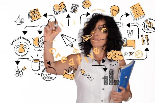 Insegnante di scuola in possesso di libri e la scrittura di schizzo creativo