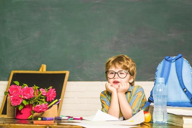 Tempo di scuola ragazzo in classe torna a scuola scolaro educazione settembre copia spazio scienza
