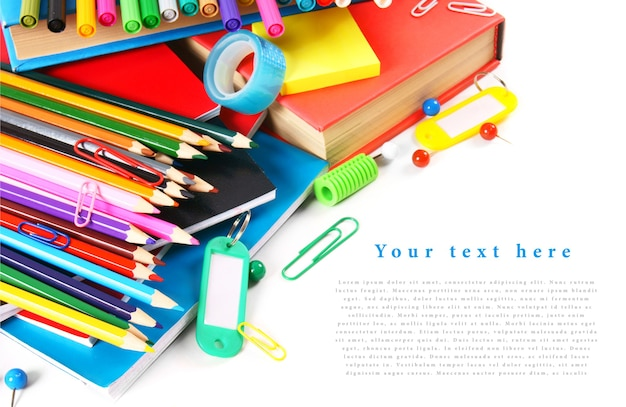 Strumenti e accessori della scuola sulla tavola bianca. con il tuo posto per il testo.