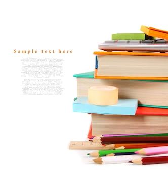 Strumenti della scuola su un tavolo bianco. con il tuo posto per il testo.