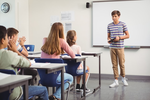 Scolaro che dà presentazione in aula