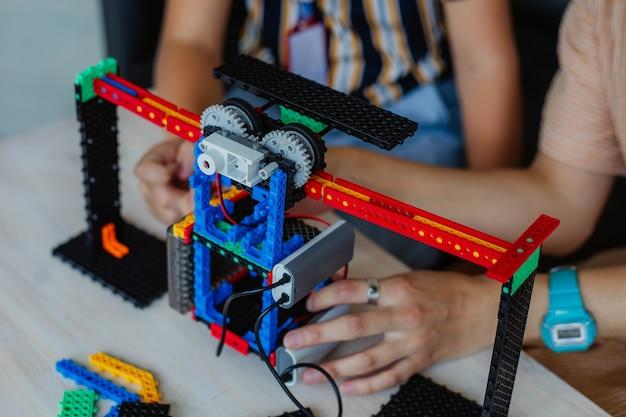 Studio da scolaro in una classe di robotica, assemblare un costruttore di robot.