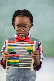 Scolaro che utilizza un abbaco di matematica nell'aula