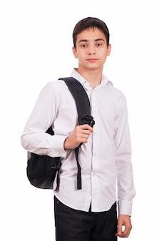 Scolaro in camicia bianca con zaino isolato su sfondo bianco.