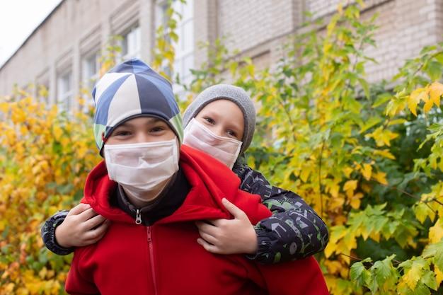 Scolari in maschere protettive in strada