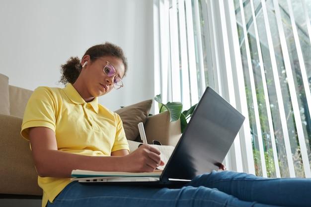Studentessa che frequenta la lezione di matematica online