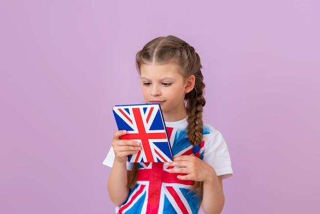 Una studentessa impara l'inglese leggendo un libro di testo.