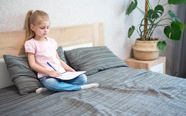 Studentessa studiando a casa