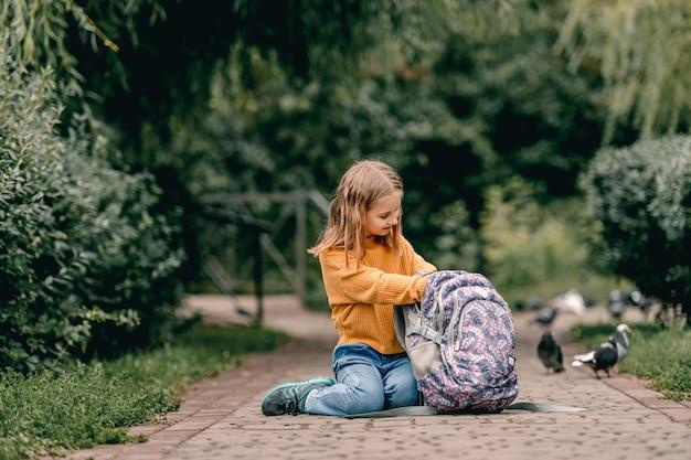 Studentessa con zaino all'aperto