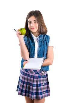 Scolara con il taccuino e la mela su bianco