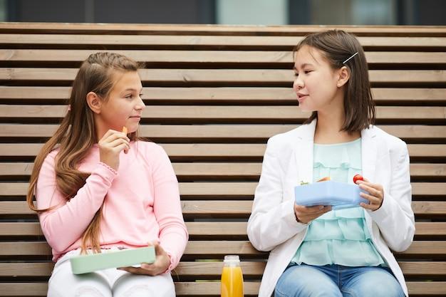 Le studentesse pranzano a scuola