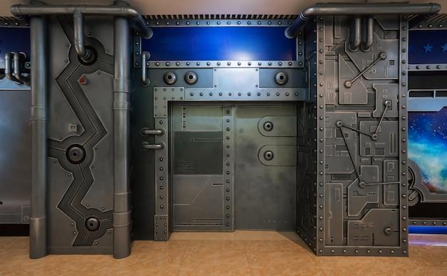 Scena di fantascienza, porta di metallo di veicoli spaziali
