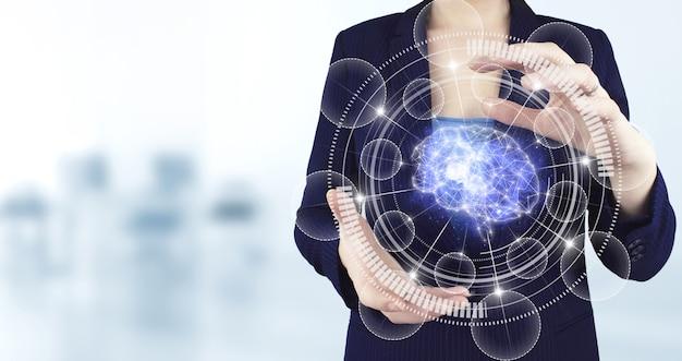 Scienza e tecnologia dell'intelligenza artificiale, innovazione e futuristica. due mani che tengono l'icona del cervello olografico virtuale con sfondo sfocato chiaro. database globale e intelligenza artificiale.