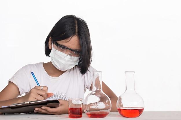 Concetto di educazione scientifica, bambini asiatici e esperimenti scientifici