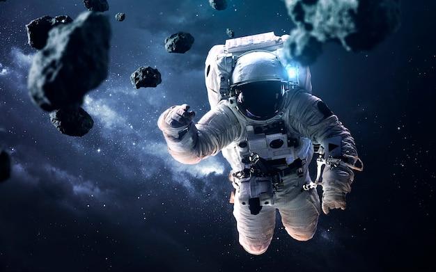 Carta da parati spaziale di fantascienza con astronauta alla passeggiata nello spazio. elementi di questa immagine forniti dalla nasa
